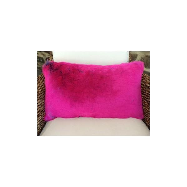 coussin en fausse fourrure rose m d evelyne pr longe. Black Bedroom Furniture Sets. Home Design Ideas