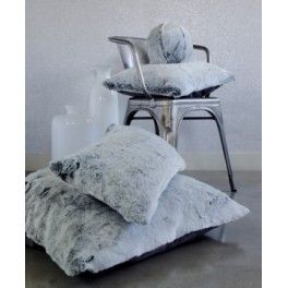 coussin en fausse fourrure gris l d evelyne pr longe. Black Bedroom Furniture Sets. Home Design Ideas